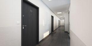 klatka-korytarz-dlugi-osiedle-przystan